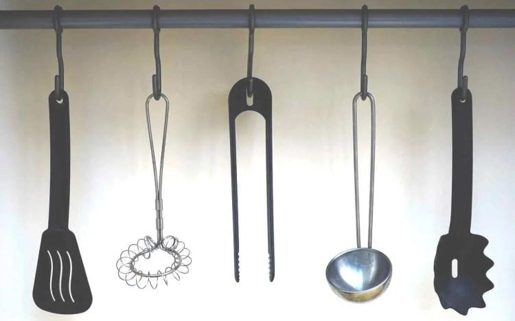 Razne hvataljke, pjenjače, kaciole mogu biti od bambusa ili drveta, metalne ili do silikona