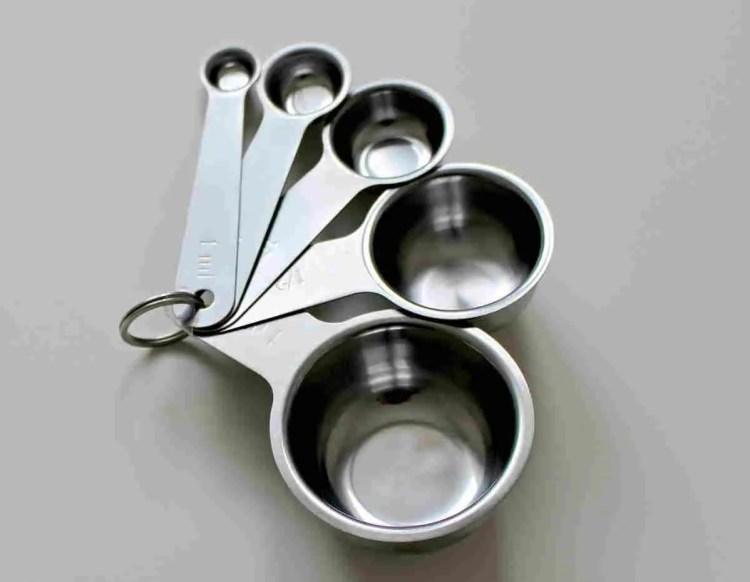 Posudice za mjerenje (measuring cups) su posebno korisne jer na sebi imaju podjele u gramima, čašama i mililitrama