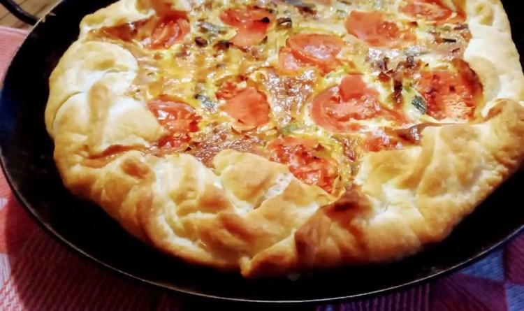 Gotova torta od poriluka i pomidori izgleda poput sjajne pizze