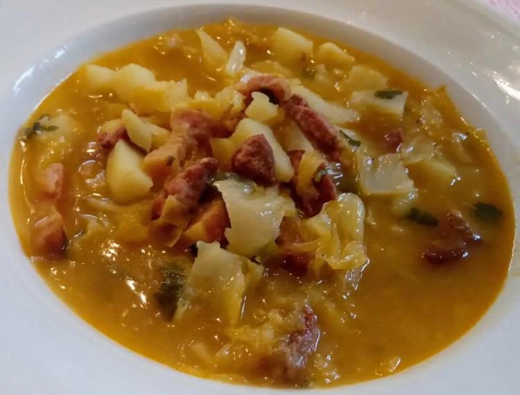 Ujušak s krumpirima je jače začinjeno jušno jelo za zimske dane