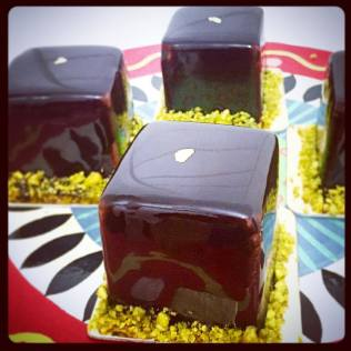 Pistacho: biscuit pistache, mousse chocolat noir