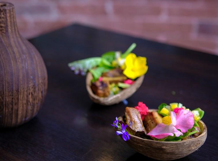 Foie gras de canard boucané, salade de bégonia (5 variétés) crédit photo Charles BAH