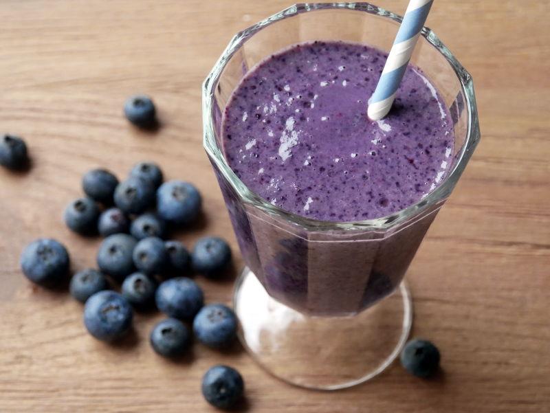 Erdnuss-Blaubeer Proteinshake