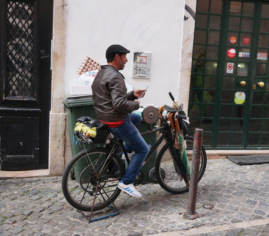 Bicycle-powered knife sharpening, in Lisbon