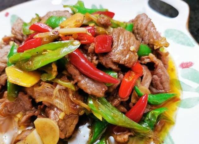 小炒牛肉又香又嫩,墨鱼仔香辣爽口,很是美味