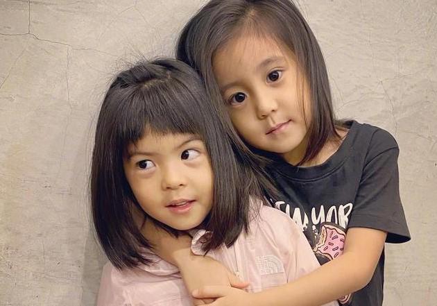 贾静雯带女儿剪发,波妞鬼脸太可爱