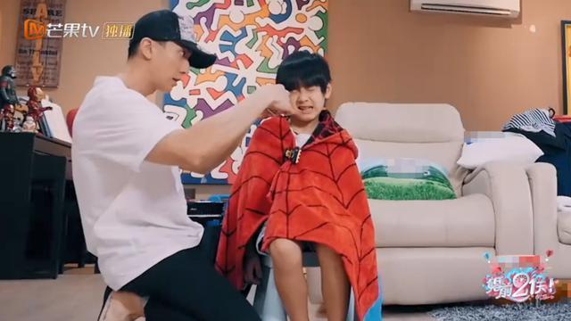 吴尊给儿子理发,儿子表情变化多直呼很痛