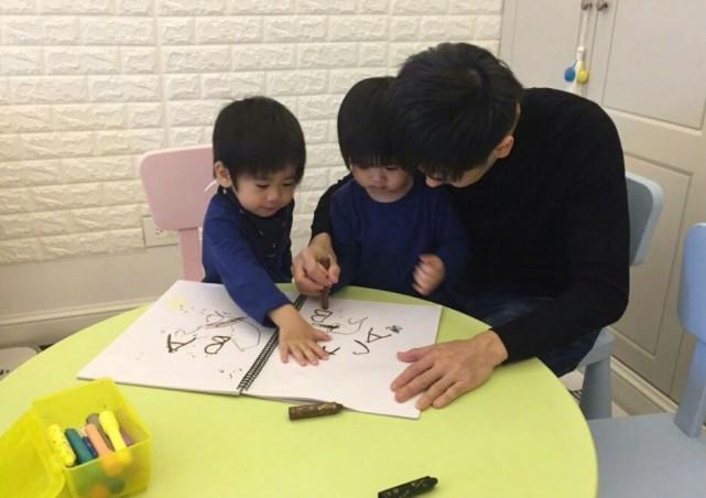 林志穎曬4歲雙胞胎兒子學漢字,雙子星寫複雜的繁體字