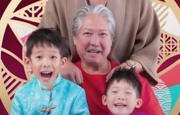 69歲洪金寶與兒孫同框,因賣力拍戲坐上輪椅