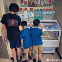 林志穎老婆帶仨兒子露營,kimi長高帥氣貼心帶雙胞胎弟弟玩