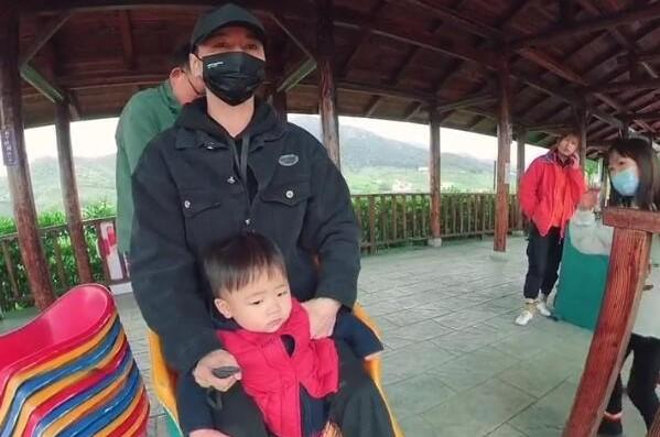 張晉帶兒子玩彩虹滑道,樂兒頭髮被吹成中分臉嚇得通紅表情淡定
