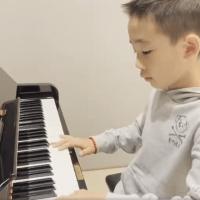 應采兒曬大兒子彈鋼琴,陳小春闖入後畫風突變父愛如山體滑坡