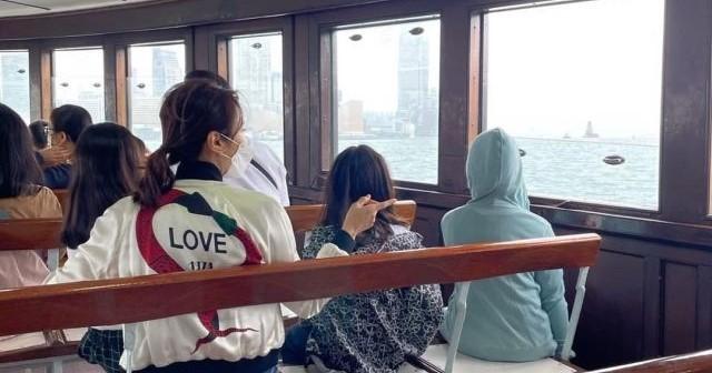 黎姿陪3位女兒搭渡海小輪,欣賞維港女兒們很興奮被海景吸引了