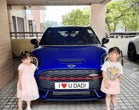 熊黛林老公父亲节晒双胞胎女儿,小姐妹变豪车小模特可爱表白爸爸