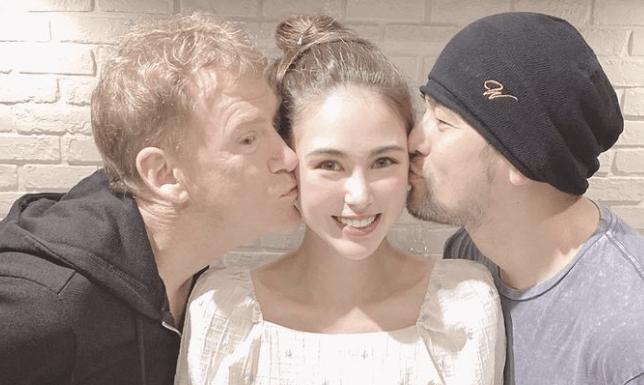 周杰伦和岳父一起过父亲节,同时向昆凌送吻,周董边亲边笑超害羞