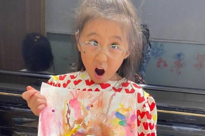 贾静雯晒女儿近照,咘咘BO妞开心展示自画像,画风清奇人更可爱