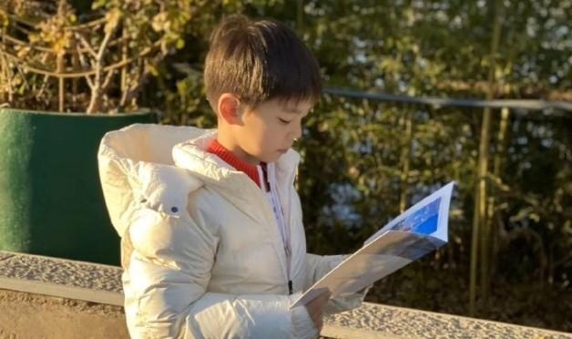 霍思燕带嗯哼现身燃野少年的天空首映活动,8岁的嗯哼长大了