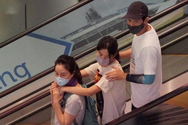 张家辉和妻女出门暴露家庭地位,57岁关咏荷和15岁女儿似姐妹花