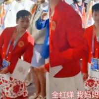 全红婵开幕式候场小姐姐喊:我妈妈可喜欢你了!红姐点头鞠躬