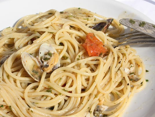 Spaghetti alle vongole, a superb Italian pasta dish in all its simple glory