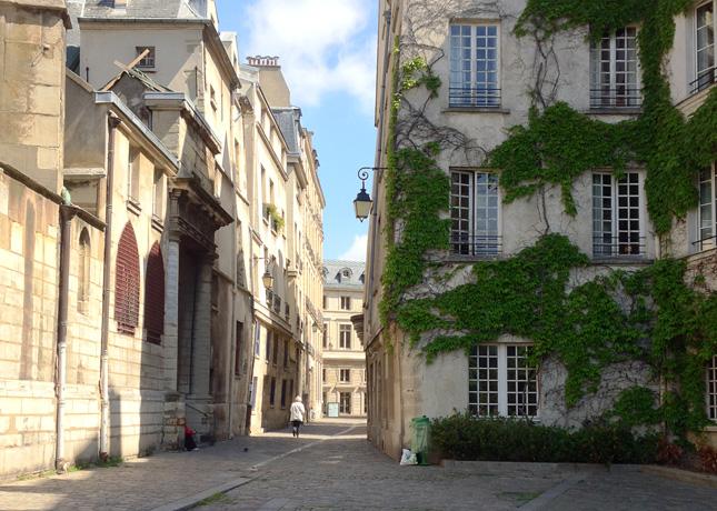 A narrow backstreet in Paris // FoodNouveau.com