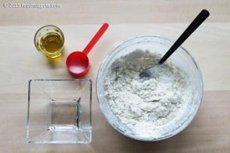 2. Sciogli il lievito, aggiungi farina, olio, sale e impasta