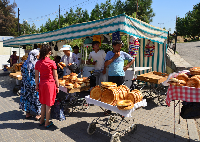 Tashkent - Chorsu Bazaar - Bread