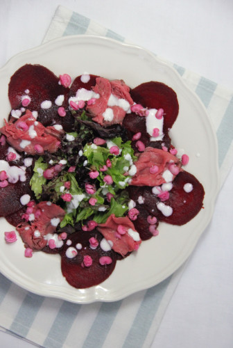 bieten carpaccio met rosbief, bloemen en mierikswortel dressing