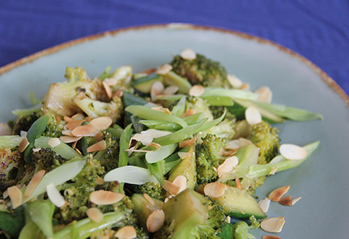 Broccoli met bosui, komkommer en amandelschaafsel