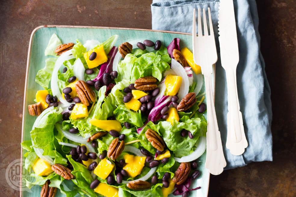 Salade met mango en zwarte bonen