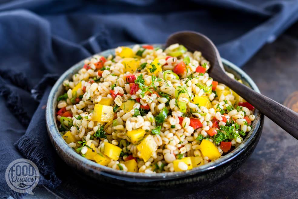 Grove bulgur salade met paprika en kruiden