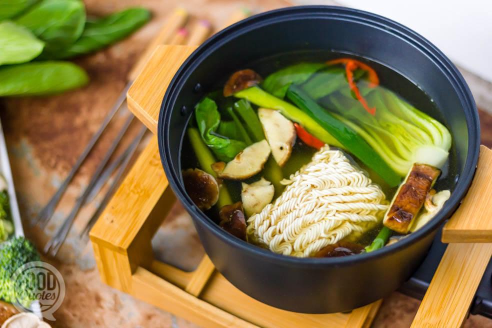 Bouillon fondue met groenten en noodles