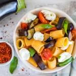 pasta met aubergine tomaat en mozzarella