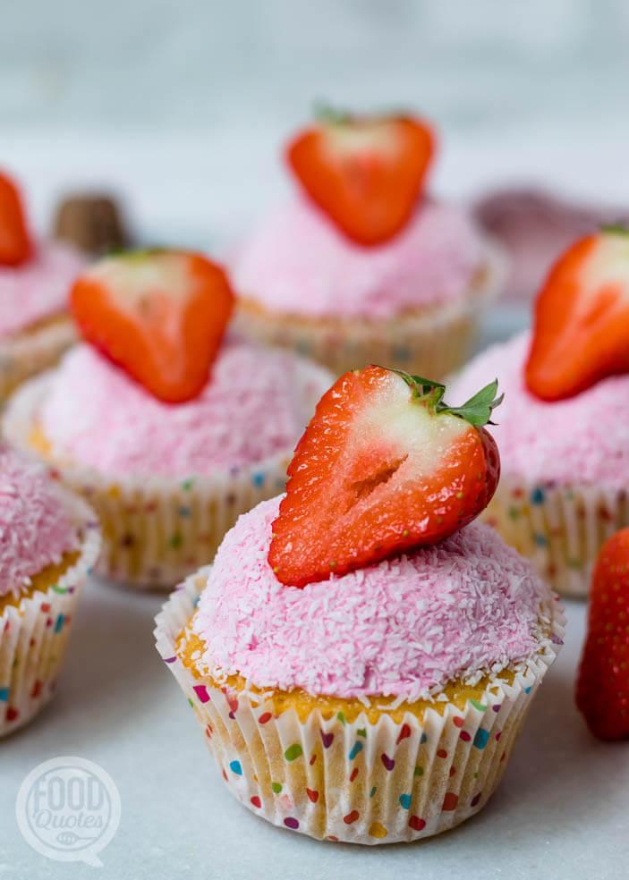 Cupcakes met aardbeien en kokos