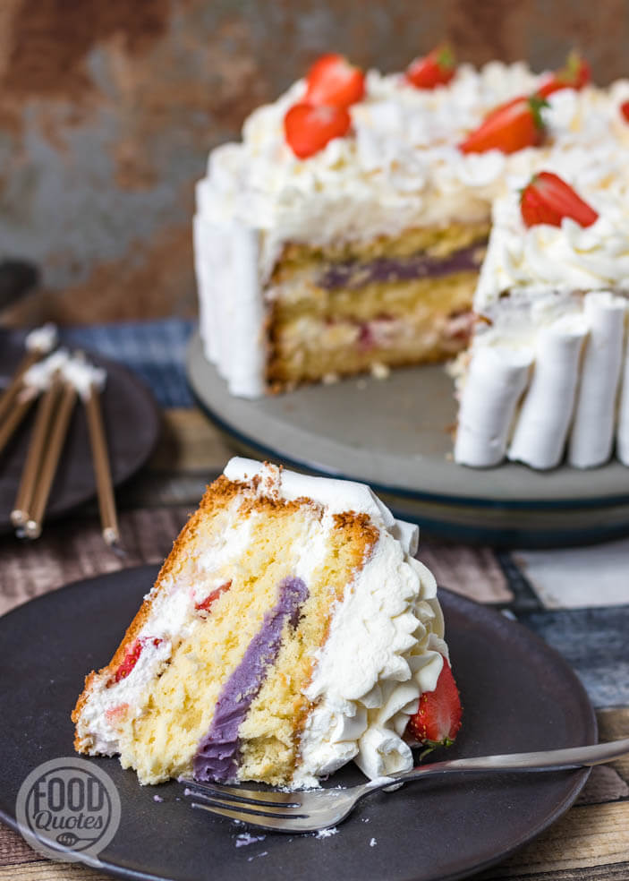Slagroomtaart met meringue en aardbeien