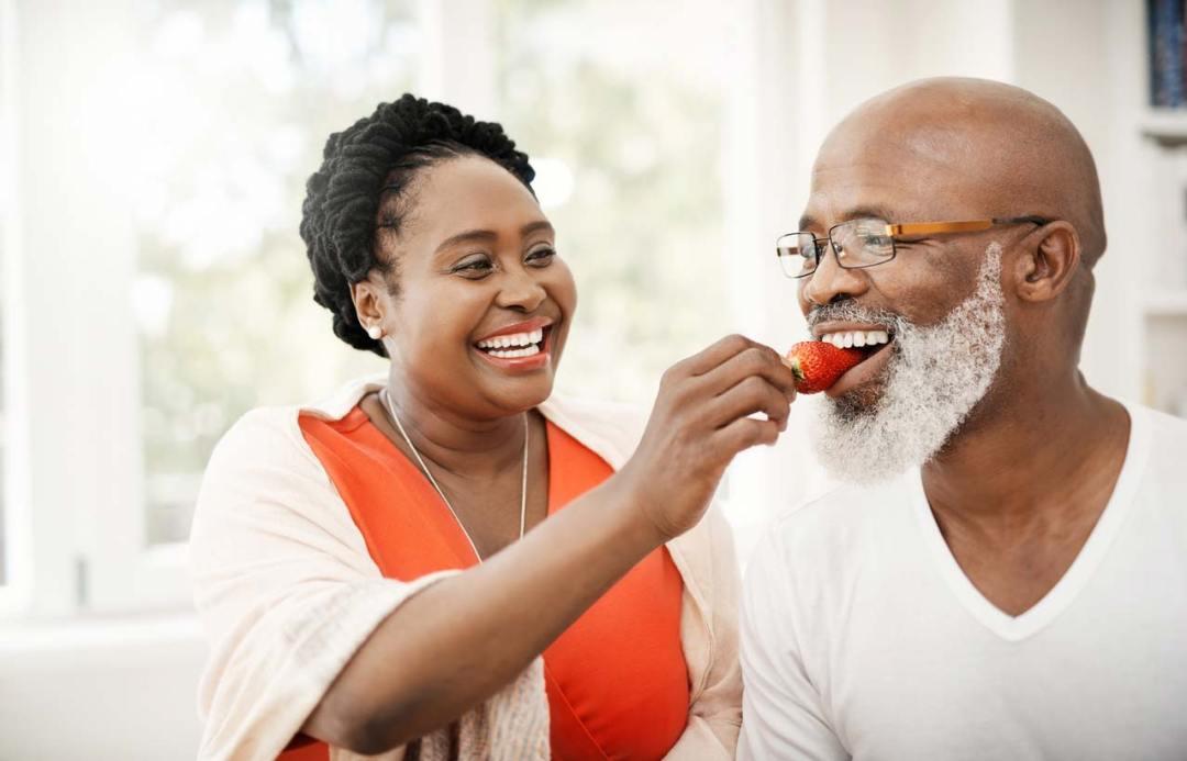 女人餵養男人草莓