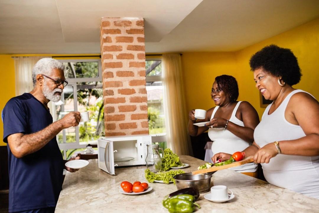 家庭和微波爐周圍的蔬菜