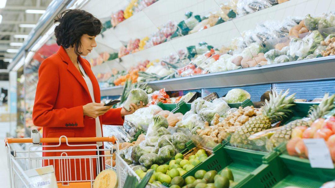 市場產品部分中的女人