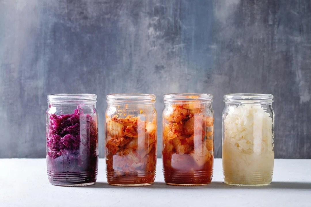 各種泡菜放在罐子裡