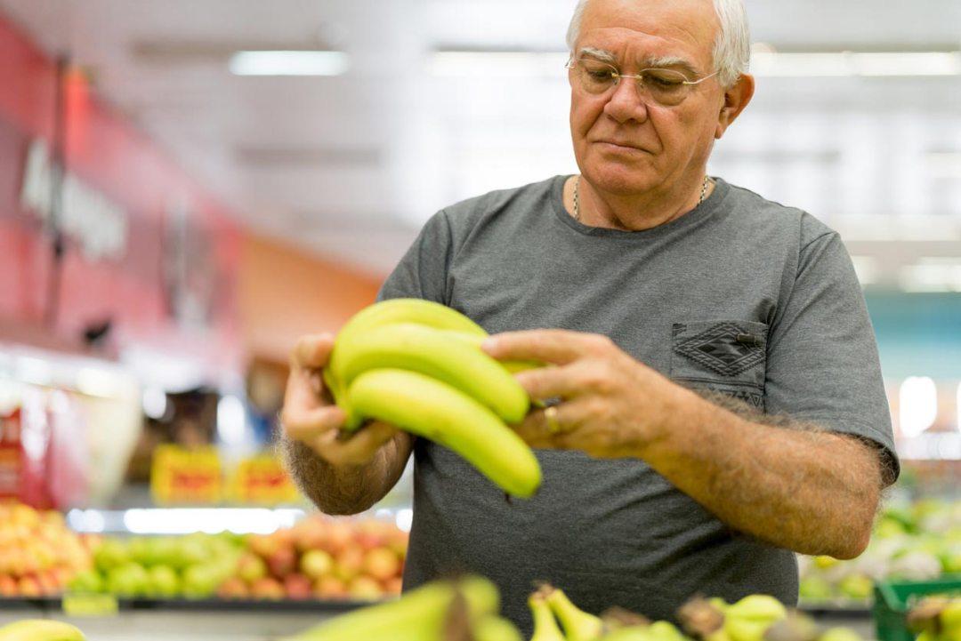 老人採摘香蕉生產科