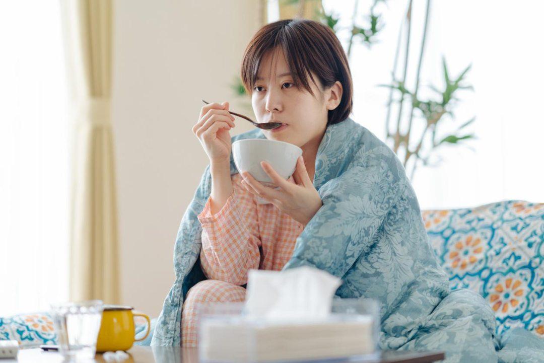 生病的女人吃湯