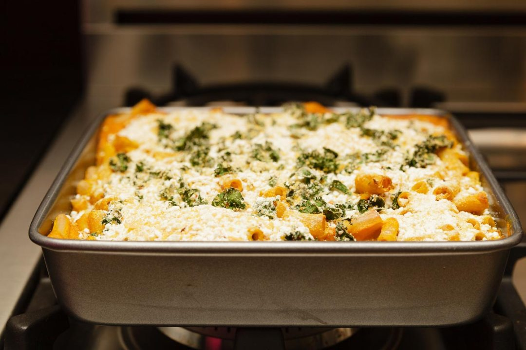 奶油素食南瓜mac和奶酪在烤箱裡