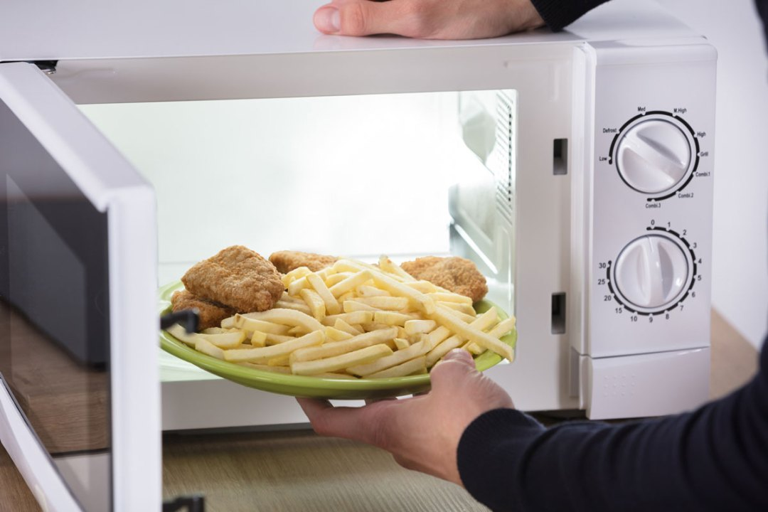 炸薯條和毆打的雞肉放在微波爐裡