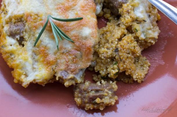 Quinoa-Kürbis-Kräuter Kasserolle mit Merguez und Käse überbacken