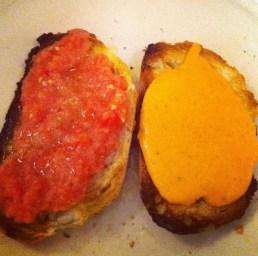 Una tostada con tomate triturado y otra con salmorejo