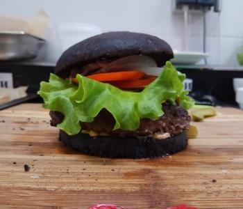 Черный бургер от Fresh Zavod.
