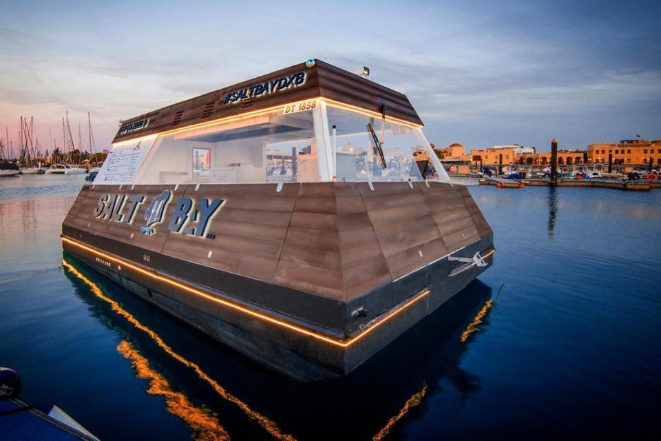 Плавучий фудтрак в Дубае