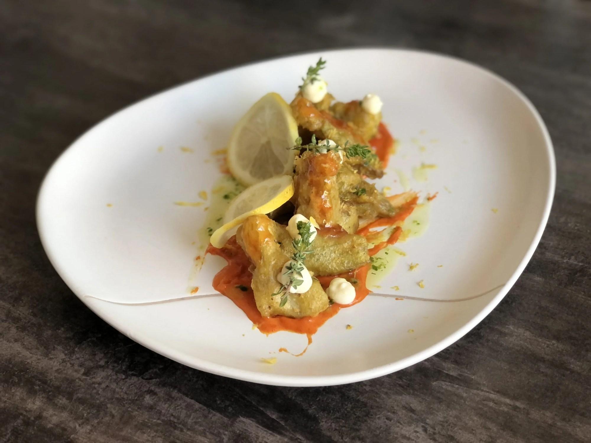 Alcachofas en tempura de limon y tomillo sobre mayonesa de chiles