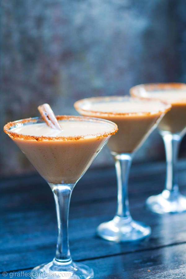 Pumpkin spice baileys martinis for halloween party beverages | Photo and recipe courtesy of giraffescanbake.com | Halloween party menu planning | foodwithaview.com