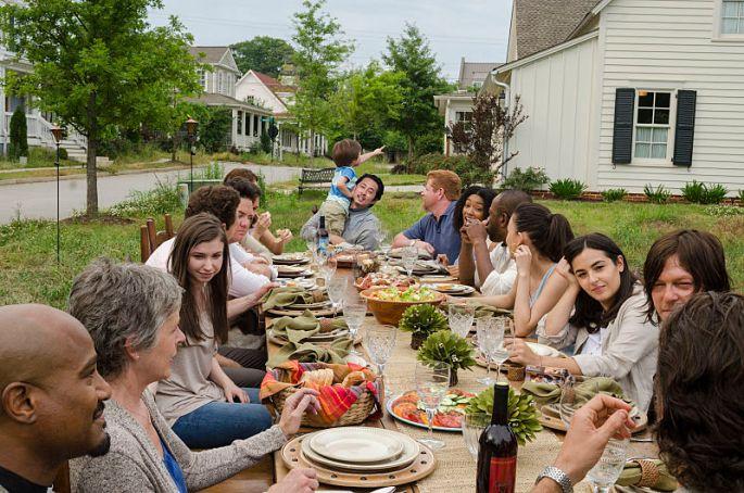 twd-s7e1-family-dinner